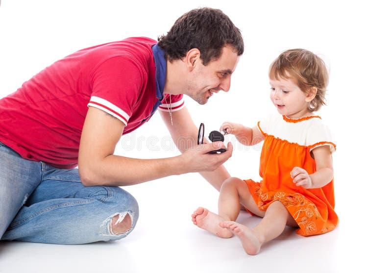 Маленькая девочка с ее отцом в студии стоковое фото rf
