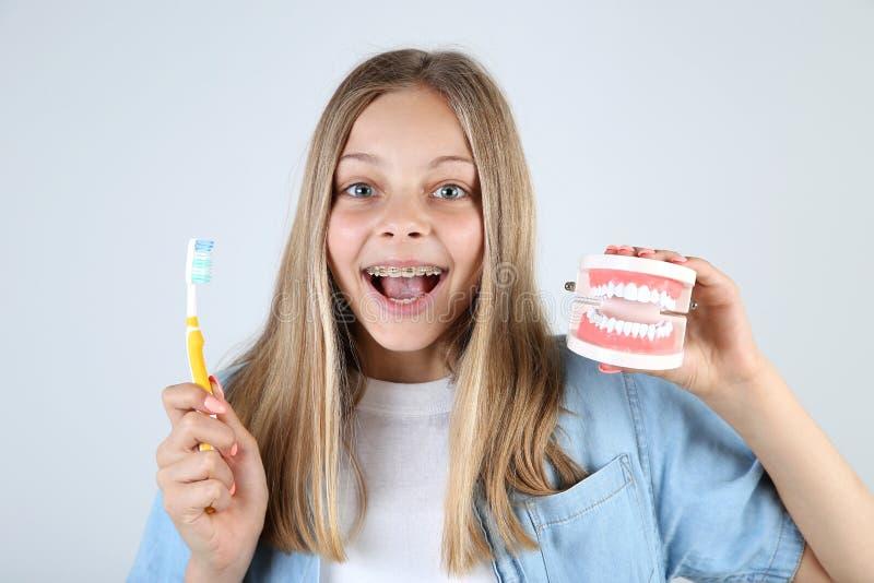 Маленькая девочка с зубоврачебными расчалками стоковая фотография rf