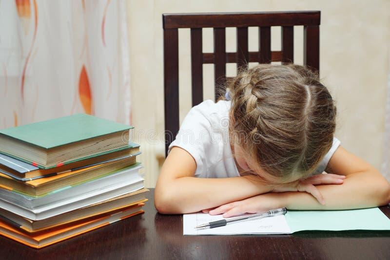 Маленькая девочка с изучать учебников уснувший стоковое фото rf