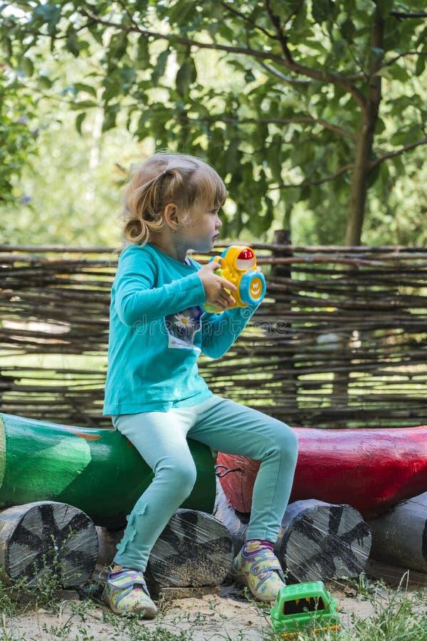 Маленькая девочка с камерой игрушки в творческом процессе стоковая фотография rf