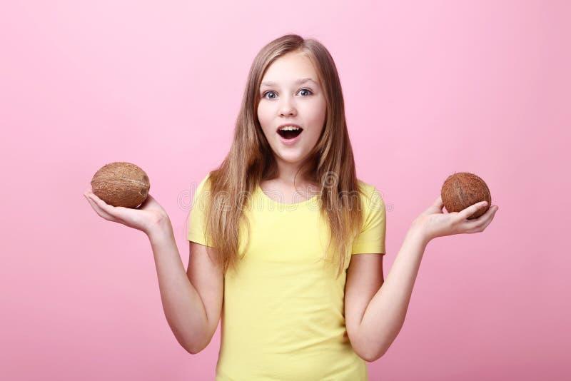 Маленькая девочка с кокосами стоковое фото