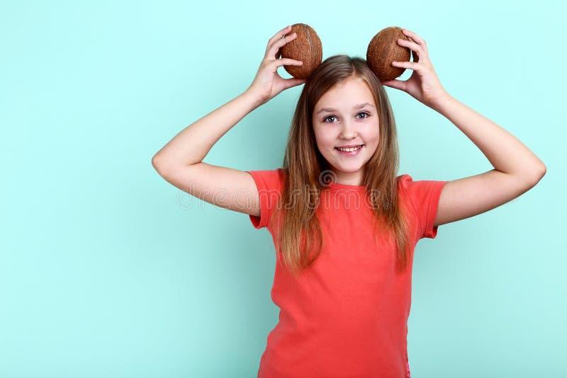 Маленькая девочка с кокосами стоковые изображения