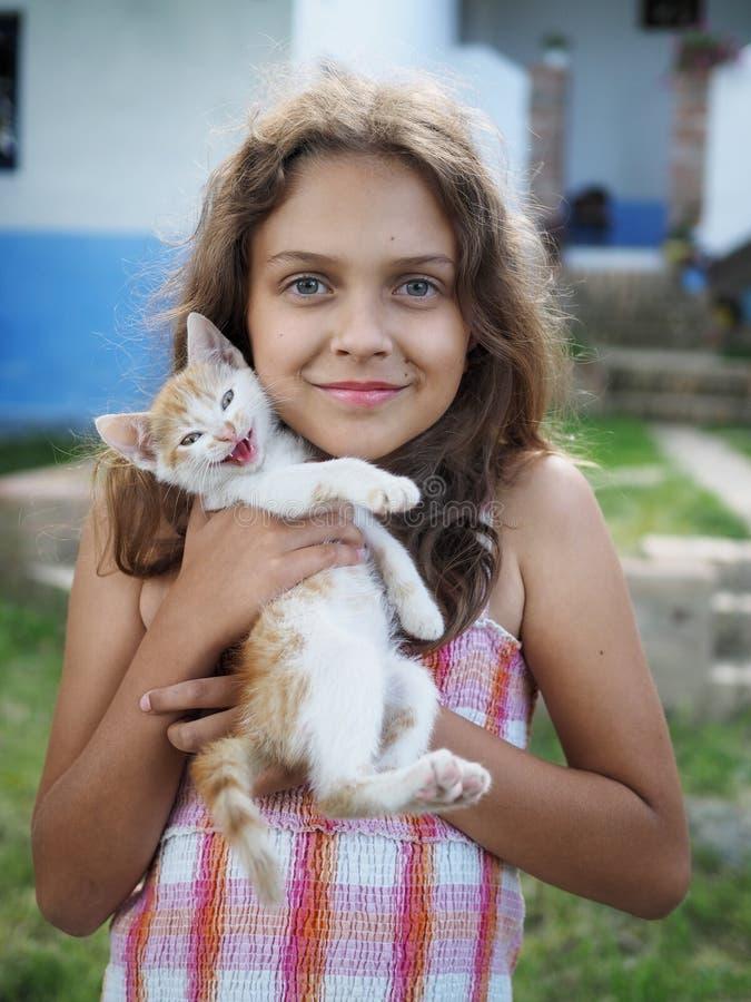 Маленькая девочка с маленьким котенком стоковое фото rf