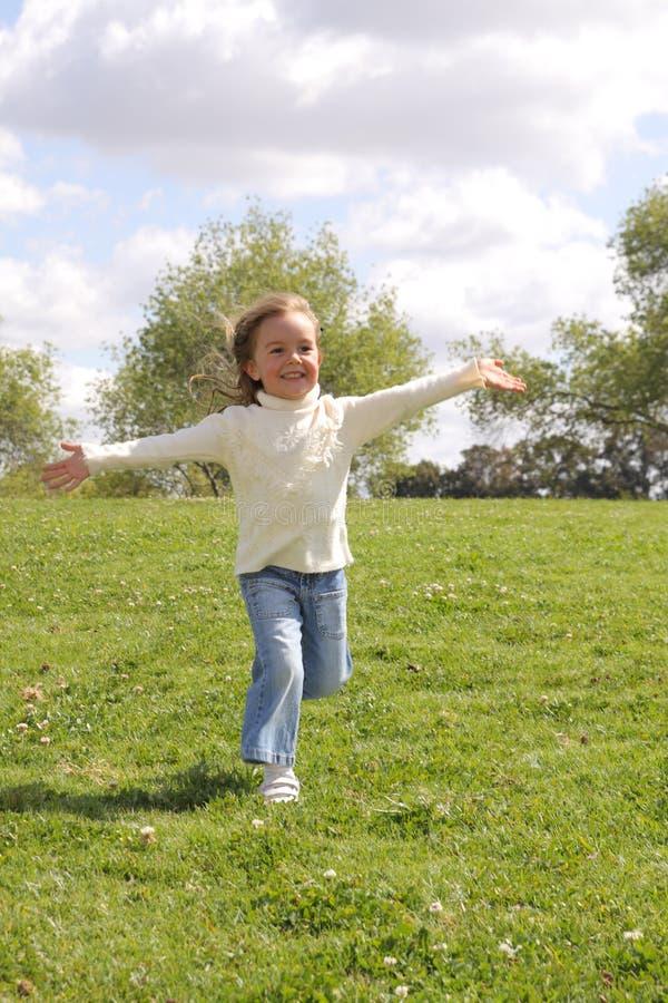 Маленькая девочка с открытыми рукоятками стоковые изображения rf