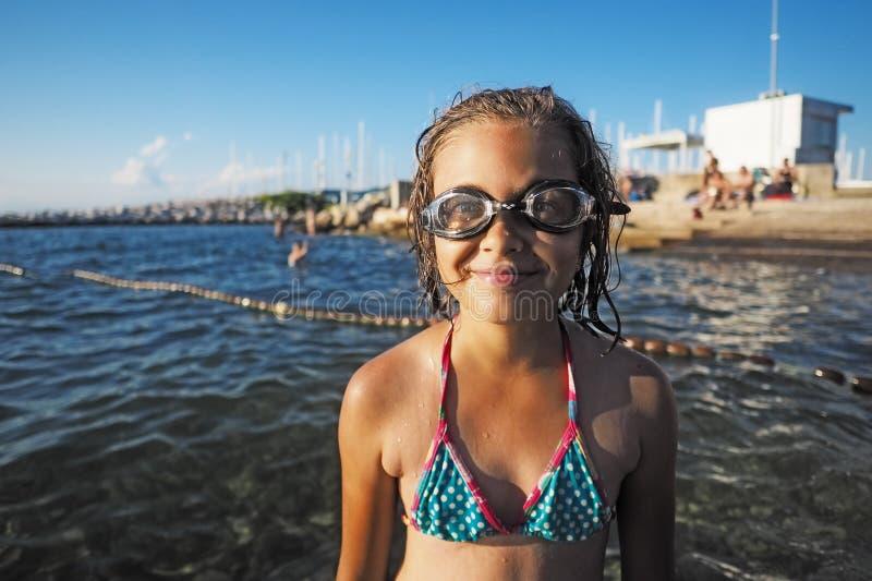 Маленькая девочка с плавая стеклами стоковые фото