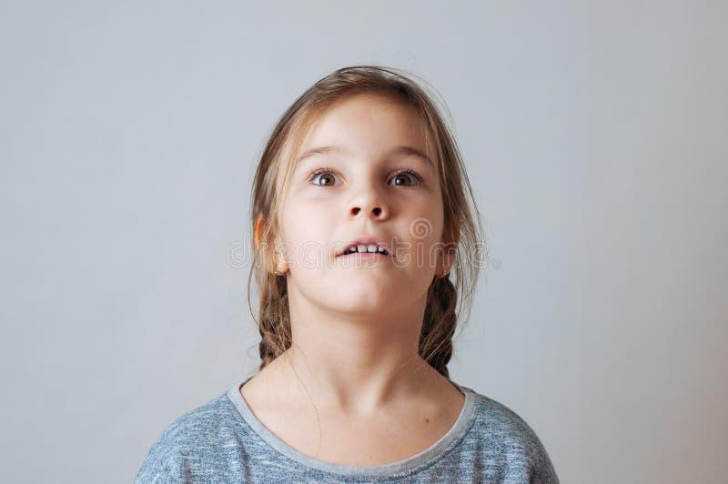 Маленькая девочка с портретом отрезков провода выражения лица сюрприза стоковая фотография rf