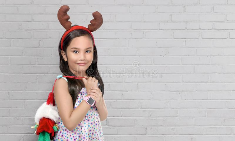 Маленькая девочка с предпосылкой рождества стоковое фото rf