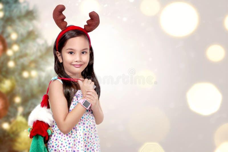 Маленькая девочка с предпосылкой рождества стоковое фото