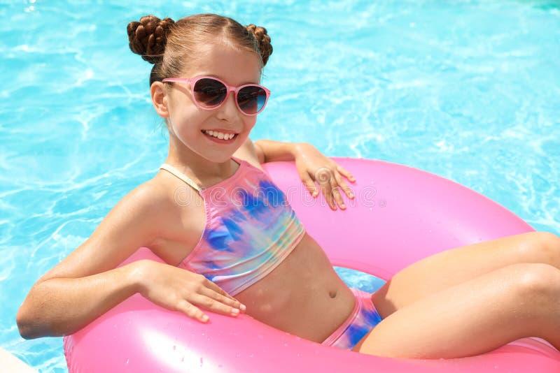 Маленькая девочка с раздувным кольцом стоковая фотография