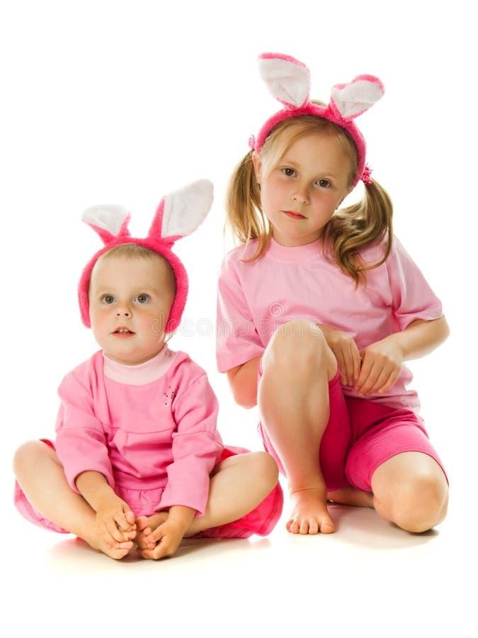 Маленькая девочка с розовым зайчиком ушей стоковая фотография