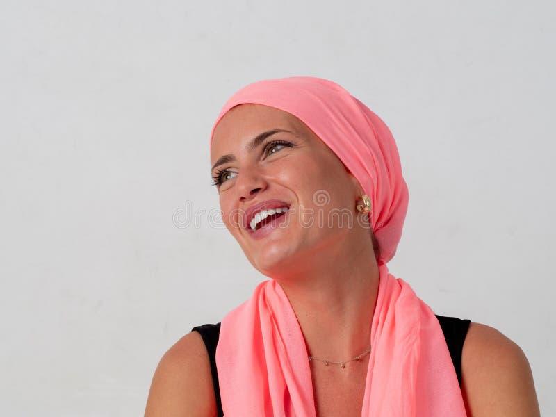 Маленькая девочка с розовым носовым платком на ее голове стоковые фотографии rf