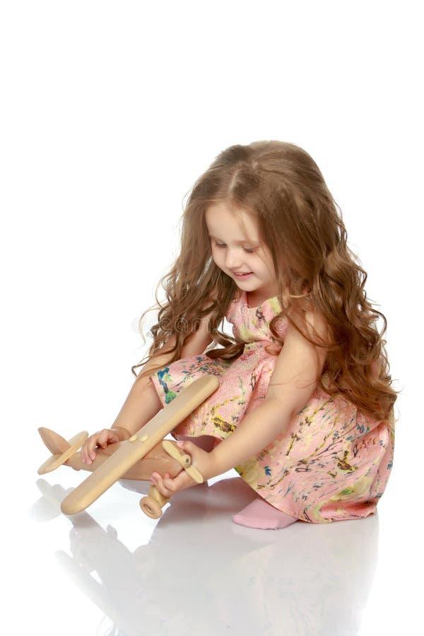 Маленькая девочка с самолетом в ее руке стоковые изображения rf