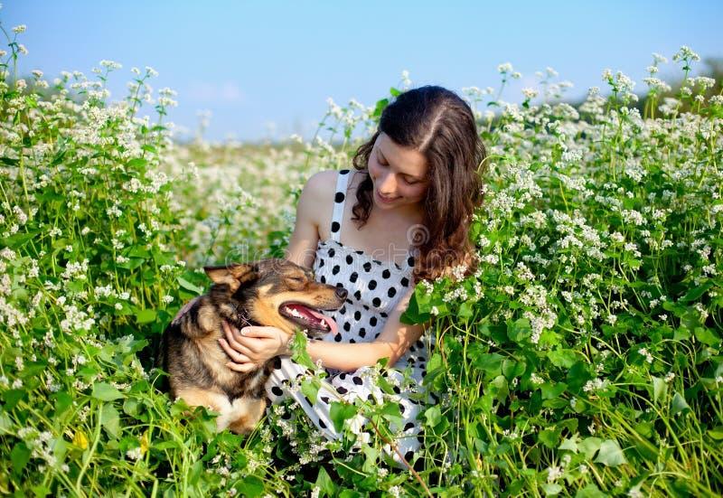 Маленькая девочка с собакой стоковые фотографии rf