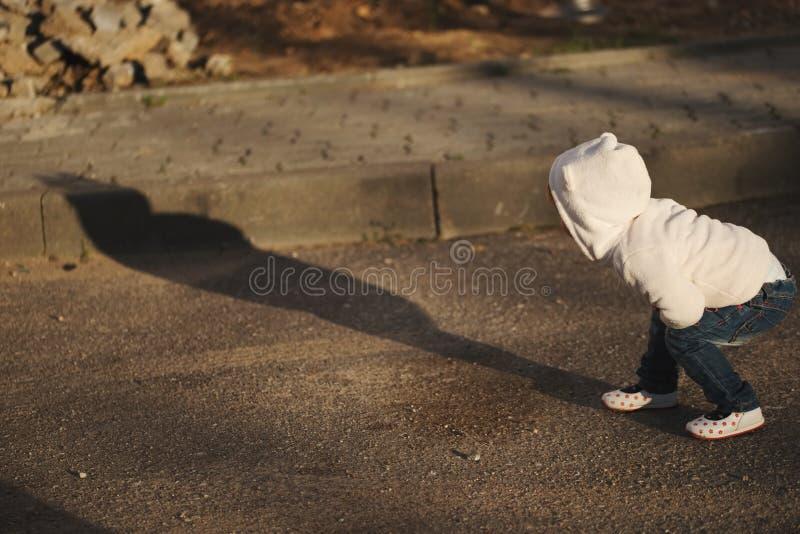 Маленькая девочка с тенью outdoors стоковые изображения