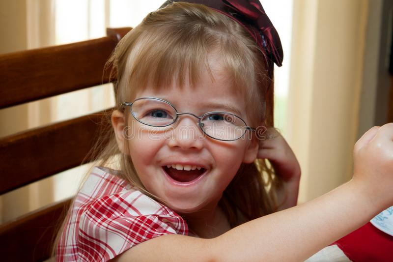 Маленькая девочка с толстыми нечестными стеклами для Strabismus стоковые фотографии rf