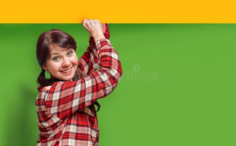 Маленькая девочка с улыбкой проводит рекламировать знамя стоковая фотография rf