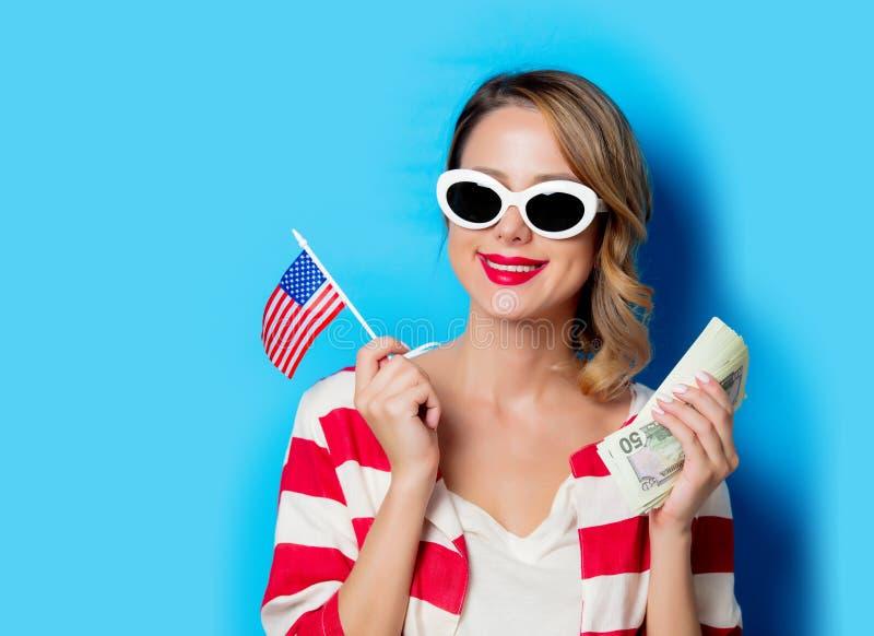 Маленькая девочка с флагом и деньгами Соединенных Штатов стоковая фотография