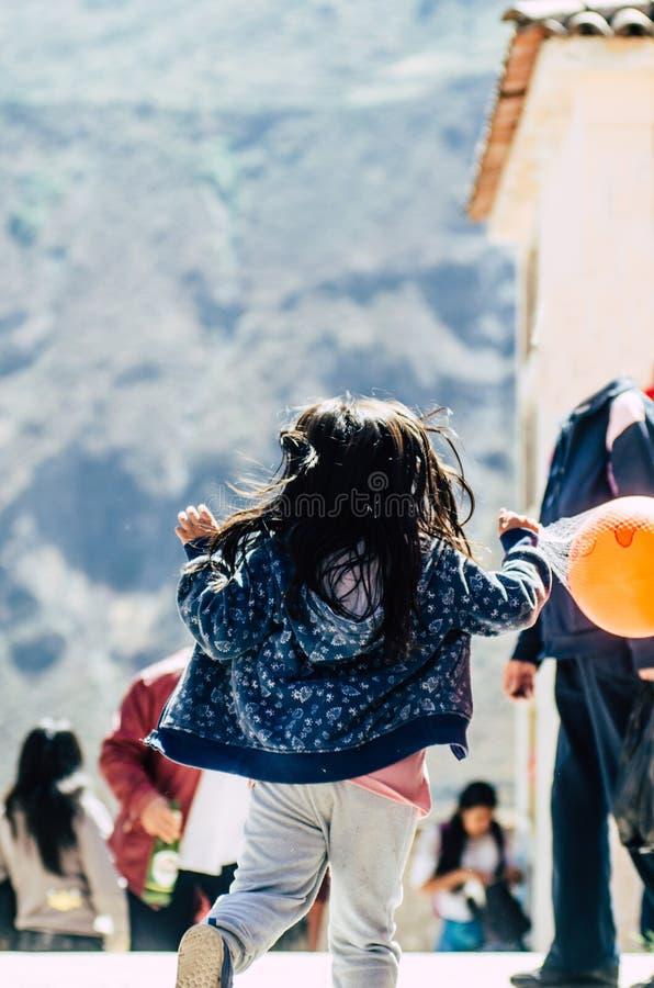 Маленькая девочка с шариком в ее руках стоковые изображения rf