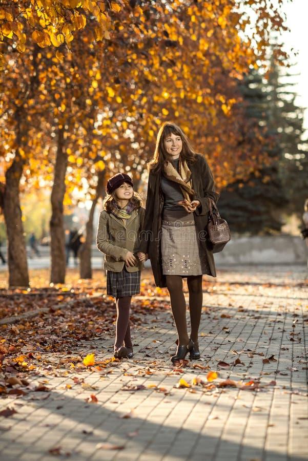 Маленькая девочка с mather внешним стоковая фотография rf