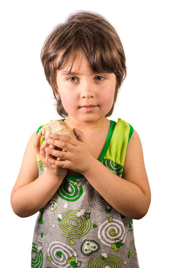Маленькая девочка с seashell изолированным на белой предпосылке стоковое фото rf