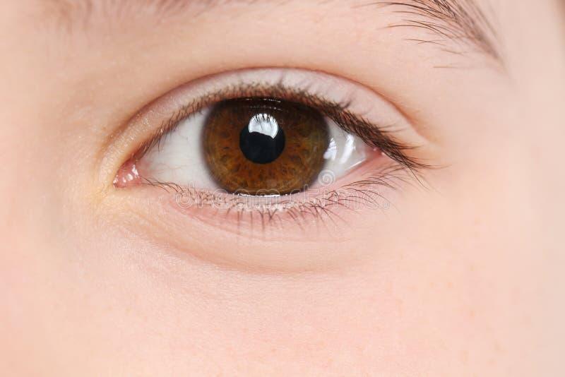 Маленькая девочка, фокус на глазе Доктор посещая детей стоковое изображение