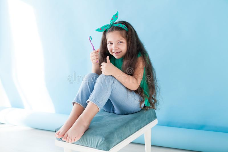 Маленькая девочка чистя его зубы щеткой с вдавленным местом зубной щетки стоковые изображения rf