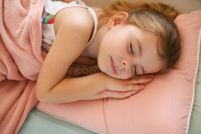 Маленькая девочка napping на кресле стоковое фото