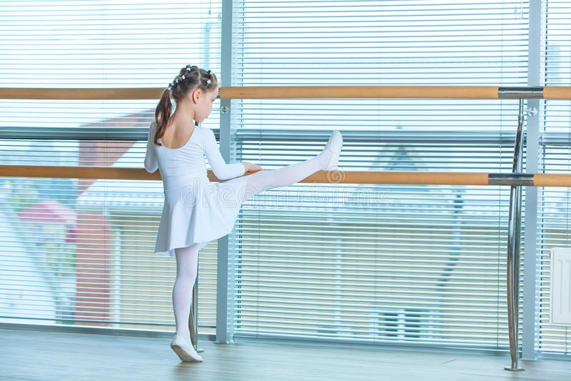 Маленькая девушка балерины в розовой балетной пачке Прелестный ребенок танцуя классический балет в белой студии Танец детей малыш стоковое фото rf