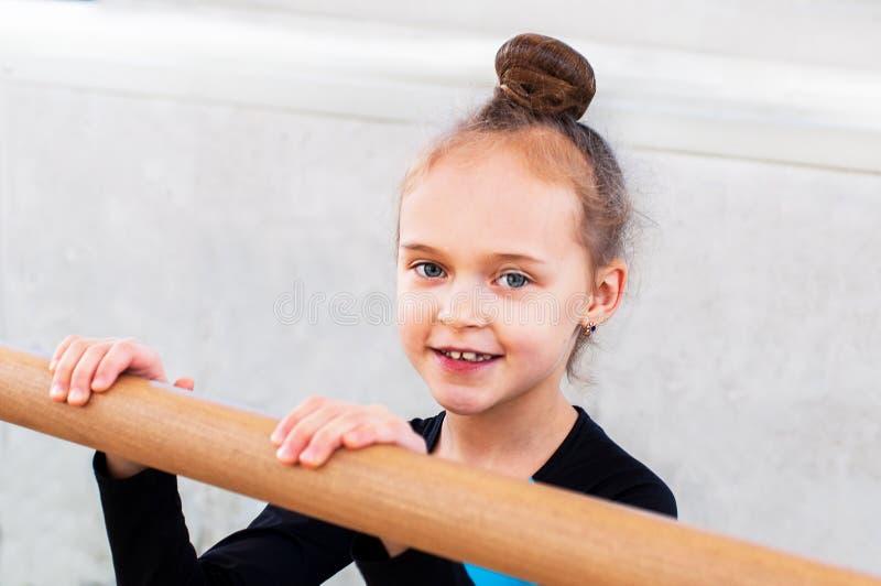 Маленькая красивая девушка в классе балета стоковые изображения