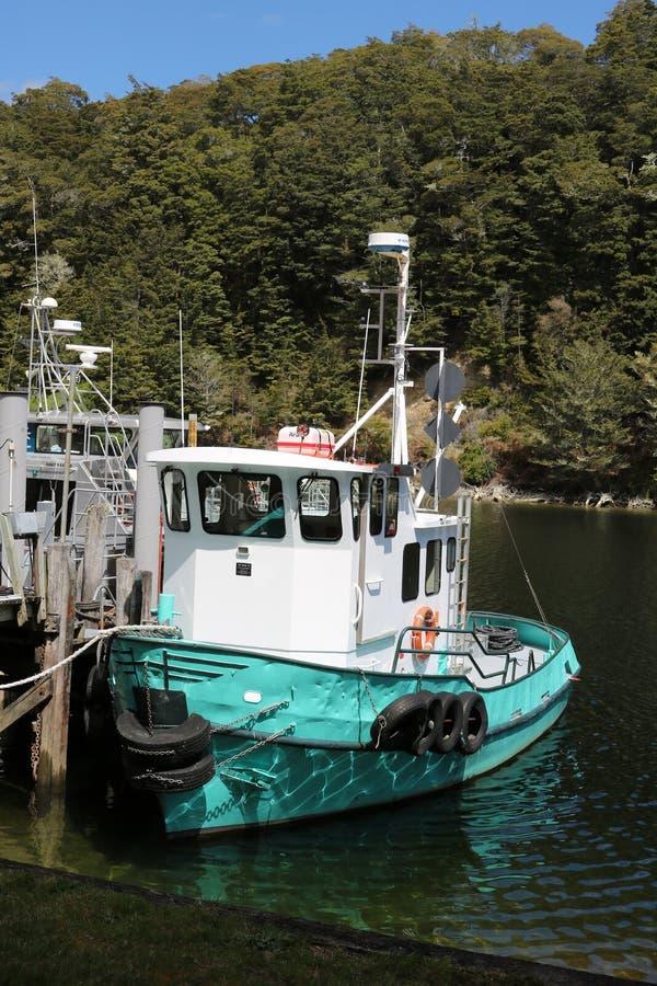Маленькая лодка, Перл-Харбор, Manapouri, Новая Зеландия стоковые изображения