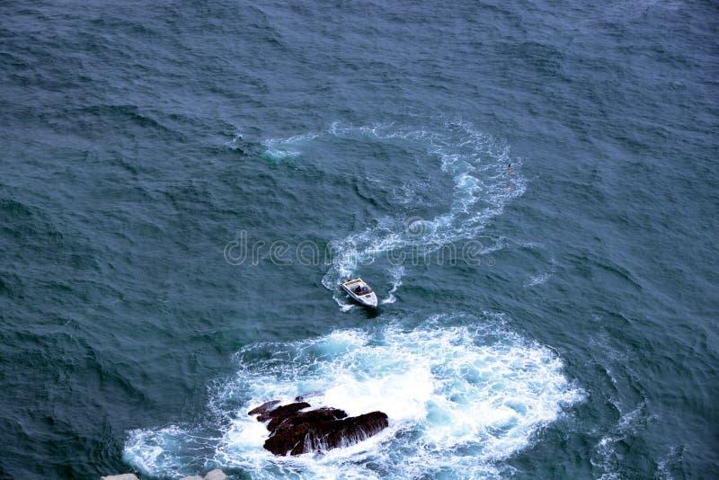 Маленькая лодка проводит водой стоковая фотография