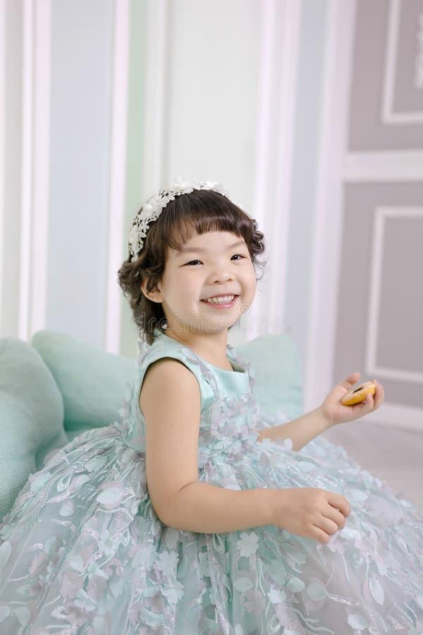 Маленькая милая азиатская шлихта девушки как образ жизни портрета принцессы смеясь, здоровых и счастливых стоковые изображения rf