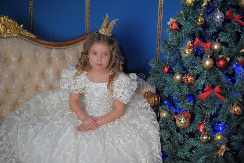 Маленькая милая девушка в белом платье стоковое изображение rf