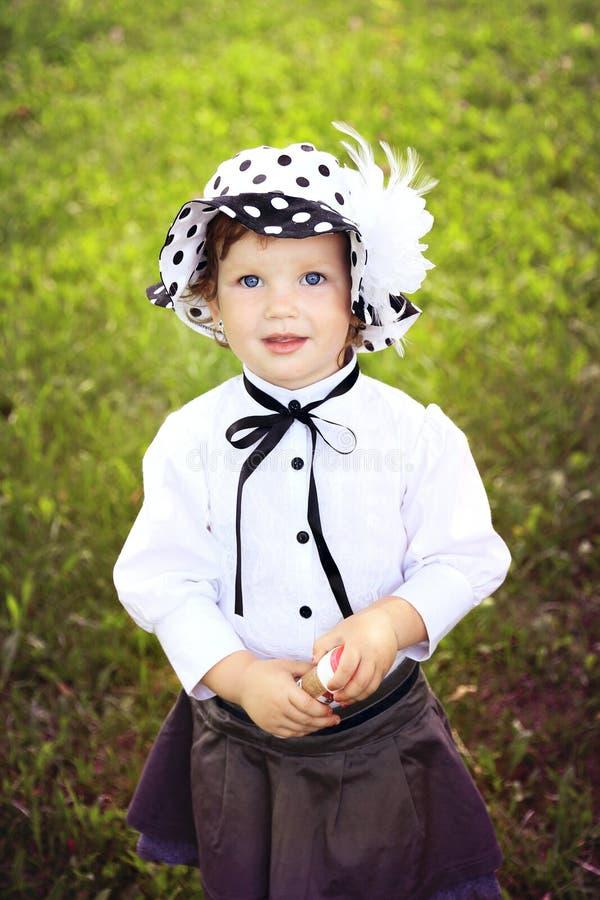 Маленькая милая девушка в шлеме в парке autmn стоковое изображение rf