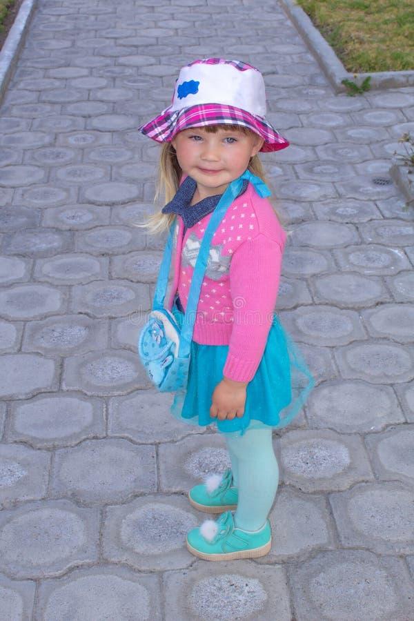 Маленькая модная девушка идет вниз с улицы в Панаме field вал стоковые изображения