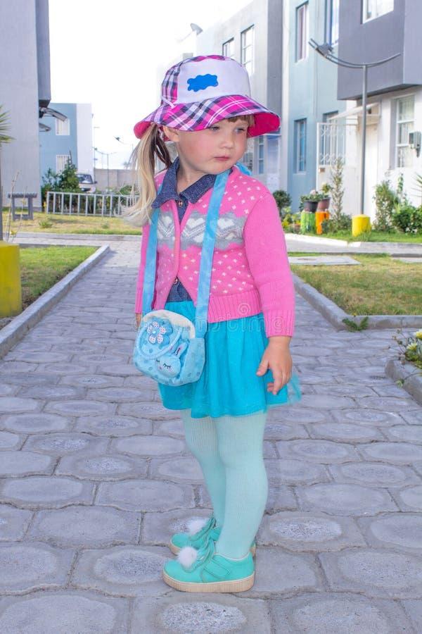 Маленькая модная девушка идет вниз с улицы в Панаме field вал стоковые фотографии rf