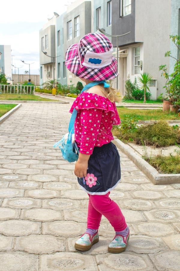 Маленькая модная девушка идет на улицу в Панаме и солнечных очках стоковое изображение