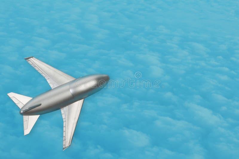 Маленькая серебряная плоскость на голубом фоне с облаками, концепция путешествия и воздушного транспорта, копировальное пространс стоковая фотография rf