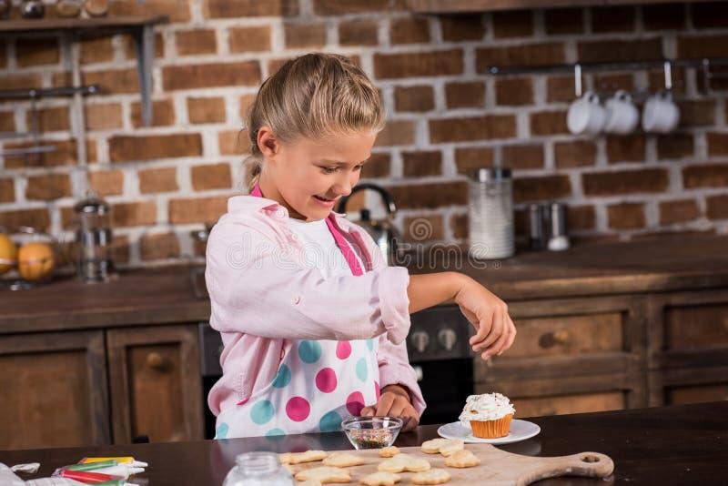 маленькая усмехаясь девушка в рисберме кладя замораживать стоковая фотография rf