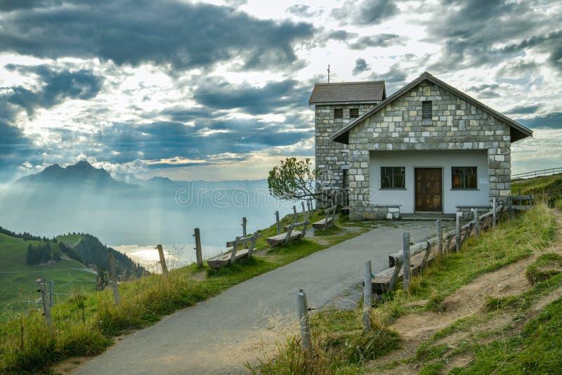 Маленькая часовня с красивым фоном со швейцарскими Альпами, видимая сверху горы Риги стоковые изображения