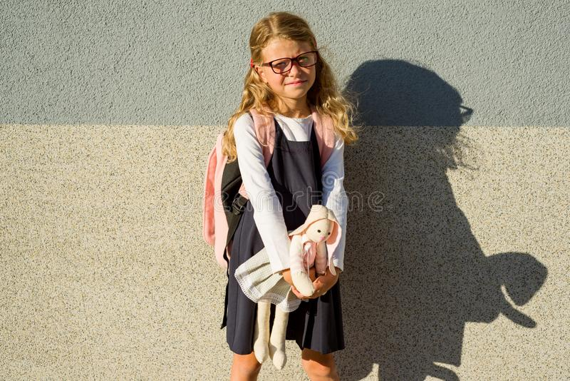 Маленькая школьница приняла ее игрушку к школе с ей стоковая фотография