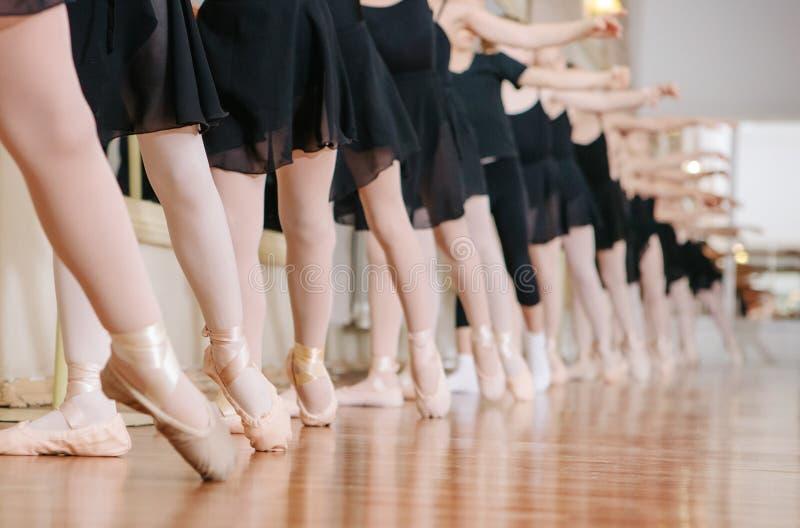 Маленькие балерины делая класс балета тренировок стоковая фотография rf