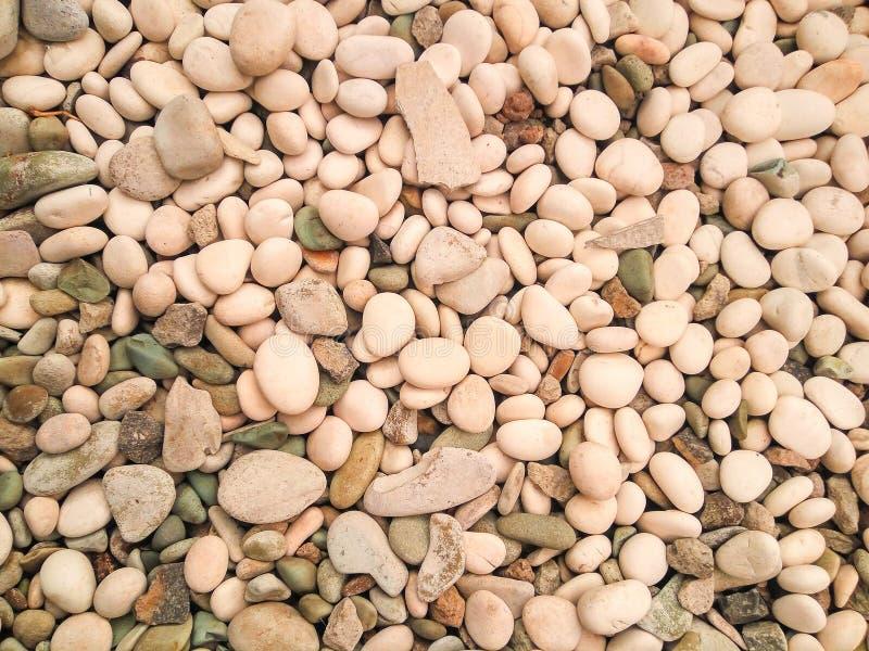 маленькие белые камни и серая текстура утесов стоковое изображение