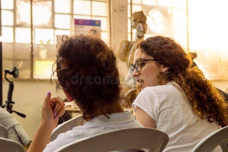 Маленькие девочки беседуя пока отдыхающ стоковое фото rf