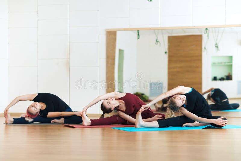 Маленькие девочки делая гибкость работают, класс баланса тела стоковое фото rf