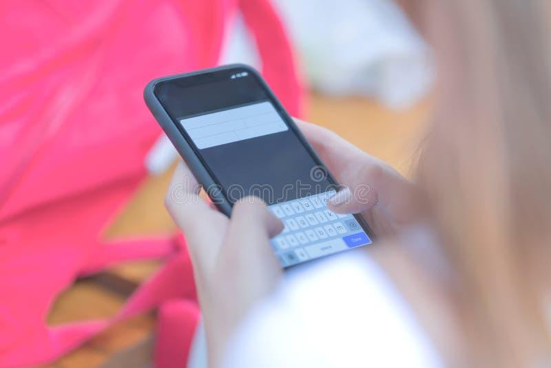 Маленькие девочки используют умный телефон стоковое изображение rf