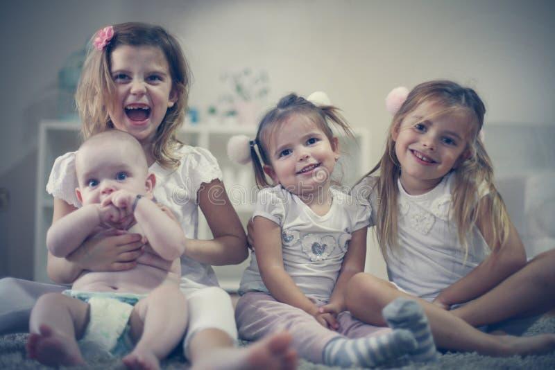 Маленькие девочки с братом младенца Портрет стоковое изображение rf