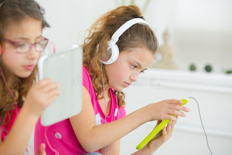 Маленькие девочки с планшетами стоковые фотографии rf