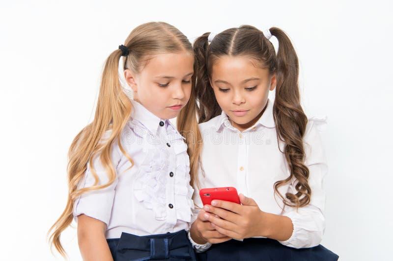 Маленькие дети зависят на мобильном телефоне Sms текста девушек с мобильным телефоном зависите стоковое фото rf