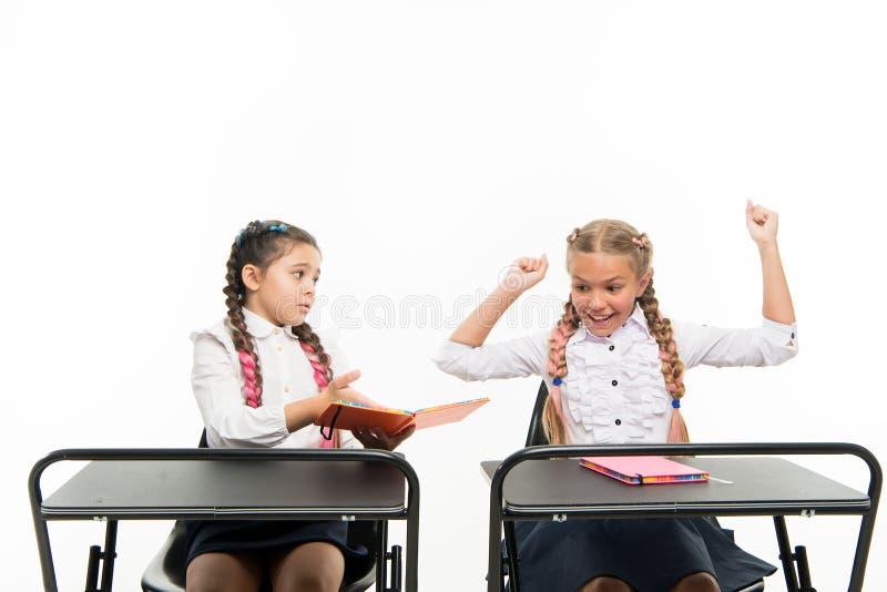 Маленькие дети учат чтение и сочинительство в школе Навыки чтения Противоположное впечатление Личная ориентация определяет стоковое изображение